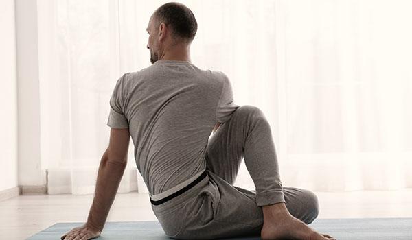 Relajarse después del trabajo con estiramientos sentado